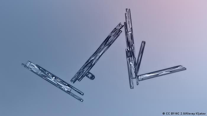 Snowflakes: shapped like a needle, straight and arrow-like