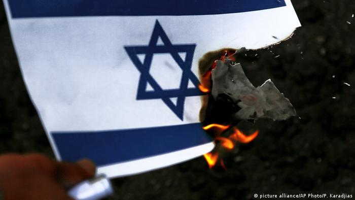 Symbolbild brennende Israel-Fahne (picture alliance/AP Photo/P. Karadjias)