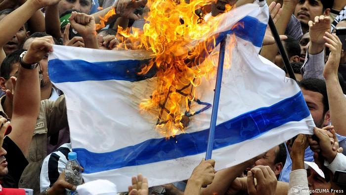 Prosvjednici u Kairu pale izraelsku zastavu