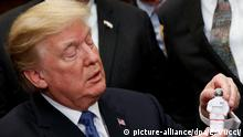 11.12.2017 RECROP - US-Präsident Donald Trump hält am 11.12.2017 im Roosevelt Room des Weißen Hauses in Washington (USA) eine Miniatur eines Astronauten, die ihm vom früheren Apollo-17-Astronauten Schmitt überreicht worden war. Die USA wollen die bemannte Raumfahrt zum Mond wieder aufnehmen und diese als Basis für Missionen zum Mars nutzen. US-Präsident Donald Trump unterzeichnete am Montag eine entsprechende Direktive, mit der dieses Ziel wieder offizielle US-Politik wird. (Bildwiederholung mit geändertem Bildausschnitt) Foto: Evan Vucci/AP/dpa +++(c) dpa - Bildfunk+++