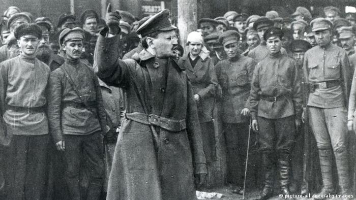 Троцкий выступает перед первыми красноармейцами