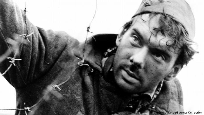Imagen de un soldado en la película Cuando pasan las cigüeñas.