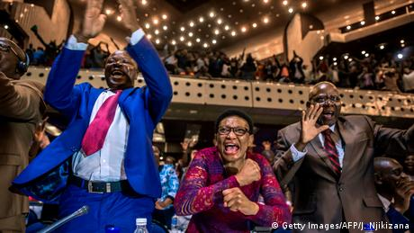 Zimbabwean lawmakers cheering (Getty Images/AFP/J. Njikizana)