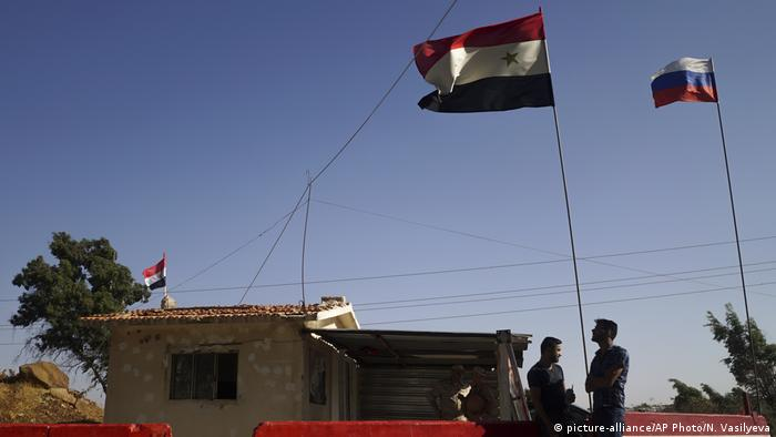 Флаги Сирии и России около сирийского Хомса