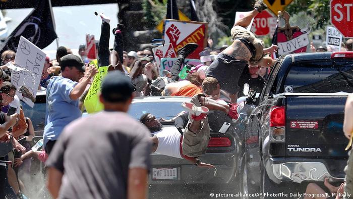 در جریان تظاهراتی در شارلوتزویل که با حضور راستگرایان از یک سو و معترضان به تبعیض نژادی در آمریکا انجام گرفت، یک خودرو به تظاهرکنندگان علیه تبعیض نژادی حمله برد و شماری را زخمی کرد. دونالد ترامپ اما به جای آنکه اعمال راستگرایان را محکوم کند، از خشونت هر دو طرف سخن گفت. اظهارات او با انتقادات و اعتراضات تندی روبرو شد و سبب گردید که او گفتههای خود را در نهایت تعدیل کند.