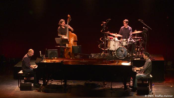 Pianist Aeham Ahmad 2017 bei einem Auftritt mit dem Edgar Knecht Trio in Kassel