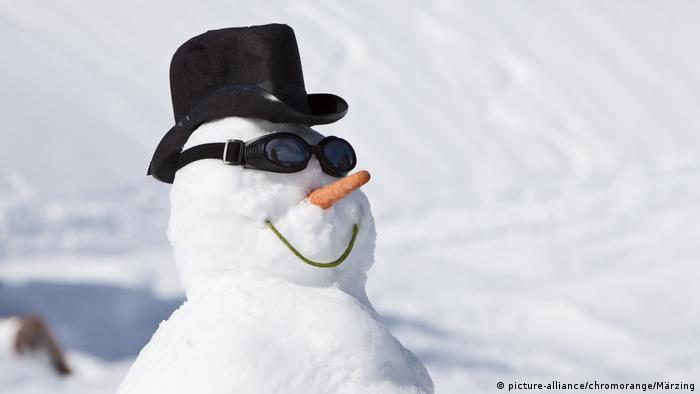 snowman with a hat and glasses (picture-alliance/chromorange/Märzing)
