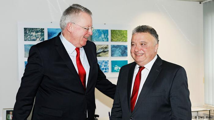 Der israelische Botschafter Jeremy Issacharoff (r.) - hier bei der Begrüßung durch DW-Intendant Peter Limbourg anlässlich eines Besuches bei der Deutschen Welle im Dezember 2017 in Berlin