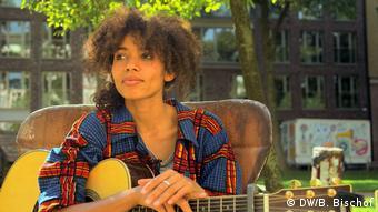 Videostill DW-Doku Nach der Flucht Sängerin Nneka Egbuna (DW/B. Bischof)