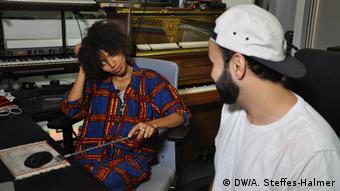 Hamburg - Sängerin Nneka Egbuna und DJ Farhot (DW/A. Steffes-Halmer)