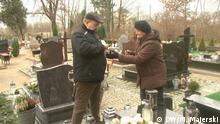 The parents of Lukasz Urban at his grave (DW/M. Majerski)