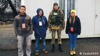 Представники моніторингової місії благодійного фонду Схід-SOS під час відвідання КПВВ Золоте
