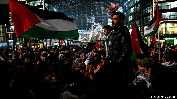 Protesters demonstrate against Trump's decision to recognize Jerusalem as Israel's capital outside Berlin's main train station. (F. Bensch / Reuters)