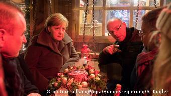 Ангела Меркель на ярмарке на Брайтшайдплац встречается со свидетелями прошлогоднего теракта