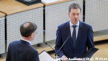 Michael Kretschmer (re.) leistet vor Landtagspräsident Matthias Rößler den Amtseid als neuer Ministerpräsident Sachsens