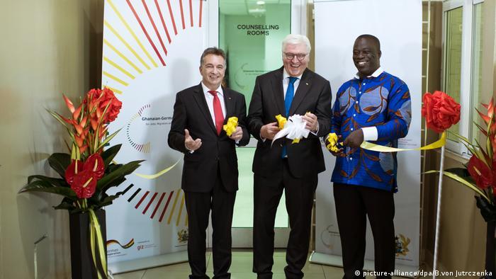 Bundespräsident Steinmeiner durchschneidet ein gelbes Band bei der Einweihung des Beratungszentrums in Accra