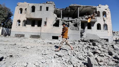 Jemen, ein militanter Houthi geht an einem von Houthi geführten Haftzentrum vorbei, nachdem es von Luftangriffen in Sanaa getroffen wurde (Reuters/K.Abdullah)