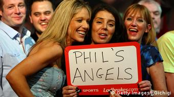 Fans der Profi Darts Legende Phil Taylor (Getty Images/J.Gichigi)