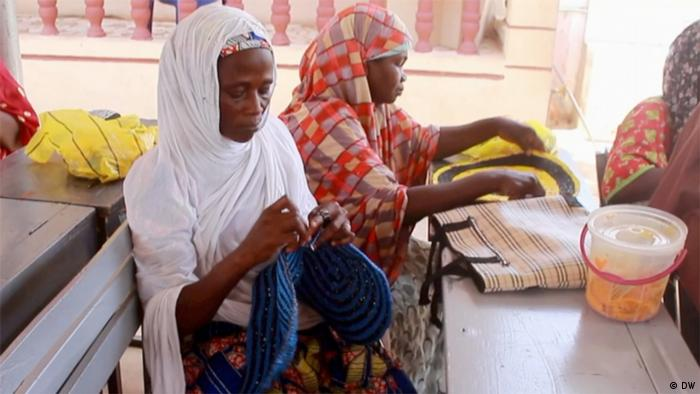 DW eco@africa - Turning plastic bags into fashion accessories in Nigeria (DW)(DW)