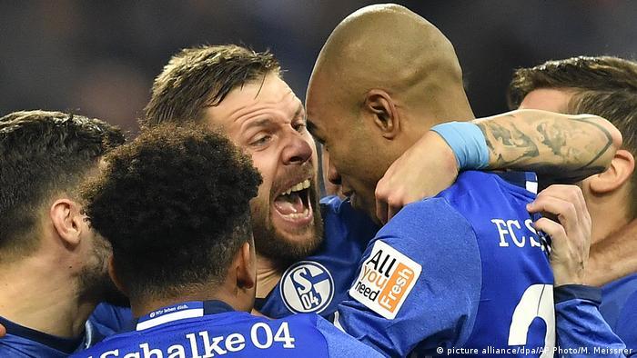 Fußball Bundesliga 16. Spieltag: FC Schalke 04 - FC Augsburg (picture alliance/dpa/AP Photo/M. Meissner)