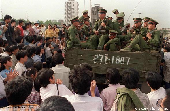 China 1989 Platz des Himmlischen Friedens Tian'anmen-Platz Pro-Demokratie Demonstranten und Soldaten der Volkksbefreiungsarmee in Peking