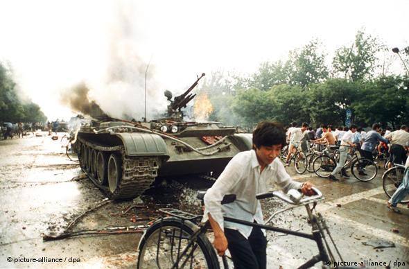China 1989 Platz des Himmlischen Friedens Tian'anmen-Platz Pro-Demokratie Demonstranten vor brennendem Panzer in Peking (picture-alliance / dpa)