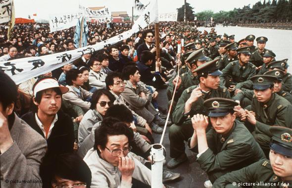 Das Archivbild vom 27.4.1989 zeigt Polizisten und Demonstranten in Peking in friedlicher Konfrontation. Anfang Juni eskalierte die Situation. Als Vorsitzender der Zentralen Militärkommission trug Deng Xiaoping die oberste Verantwortung für das Massaker. Hätten wir versagt, hätte Chaos die Oberhand gewonnen und Bürgerkrieg wäre ausgebrochen, verteidigte Deng das Blutbad. So sehr sich Deng Xiaoping als Reformer präsentierte, politisch war er ein Hardliner, der keine Abweichungen duldete, wenn es um den Machterhalt ging.