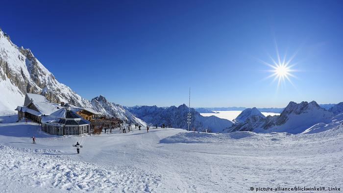Deutschland Alpen Zugspitze mit Zugspitzplatt im Winter (picture-alliance/blickwinkel/R. Linke)