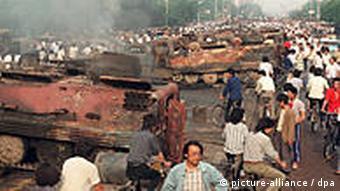 China 1989 Platz des Himmlischen Friedens Tian'anmen-Platz Pro-Demokratie Demonstranten vor ausgebrannten Panzern in Peking
