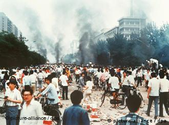 """Rauchsäulen, Verwüstung und ratlose Menschen auf der Changan Avenue in Peking am 4. Juni 1989 - vor acht Jahren ging der Traum eines demokratischen Chinas mit dem Massaker vom Tian'anmen-Platz zu Ende. dpa (Zum dpa-Korr.-Bericht """"Die Opfer von Tian'anmen"""") COLORplus"""