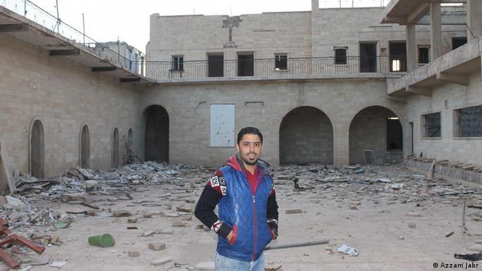 Ativista Bandar Faris nas ruínas de um monastério de Mossul