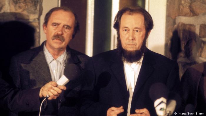 Когда в феврале 1974 года Александра Солженицына выслали из СССР, его встречал в ФРГ другой нобелевский лауреат - Генрих Белль