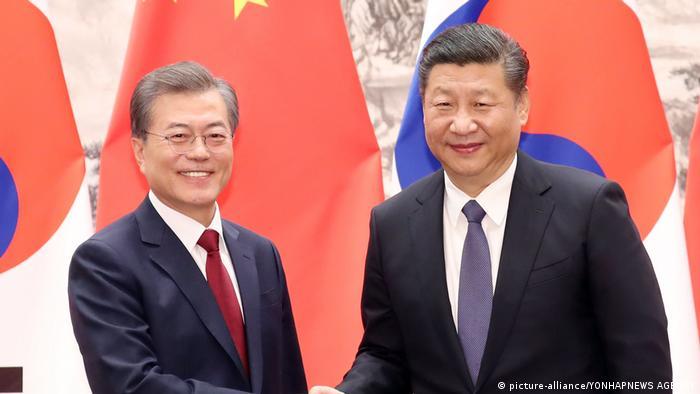 Südkorea-China Gipfel | südkoreanischer Präsident Moon Jae-in mit chinesicher Präsident Xi Jinping