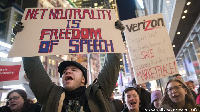 USA Net-Neutrality- Kundgebung in New York (picture-alliance/AP Photo/M. Altaffer)