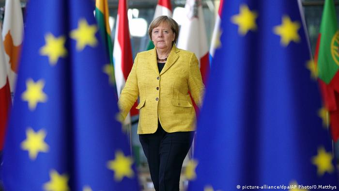 Angela Merkel surrounded by EU flags (picture-alliance/dpa/AP Photo/O.Matthys)