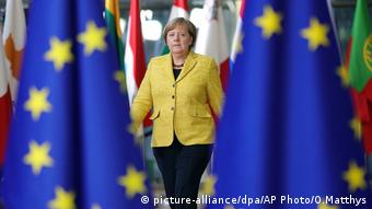 Angela Merkel between two EU flags at the start of the EU summit in Brussels (picture-alliance/dpa/AP Photo/O.Matthys)