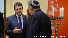 Außenminister Sigmar Gabriel (SPD, l-r) und der Botschafter Israels in Deutschland, Jeremy Issacharoff, nehmen am 13.12.2017 im Jüdischen Museum in Berlin an einer Zeremonie zum Entzünden der Lichter anlässlich des Chanukka-Festes teil. Foto: Gregor Fischer/dpa   Verwendung weltweit