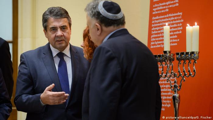 Sigmar Gabriel at the Jewish Museum in Berlin on the second night of Hannukah (picture-alliance/dpa/G. Fischer)