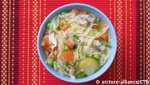 Bowl of chicken soup with noodles and vegetables | Keine Weitergabe an Wiederverkäufer.