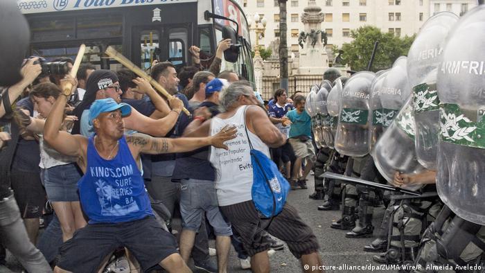 Argentinien Proteste gegen neue Arbeitsgesetze vor dem Parlament (picture-alliance/dpa/ZUMA Wire/R. Almeida Aveledo)