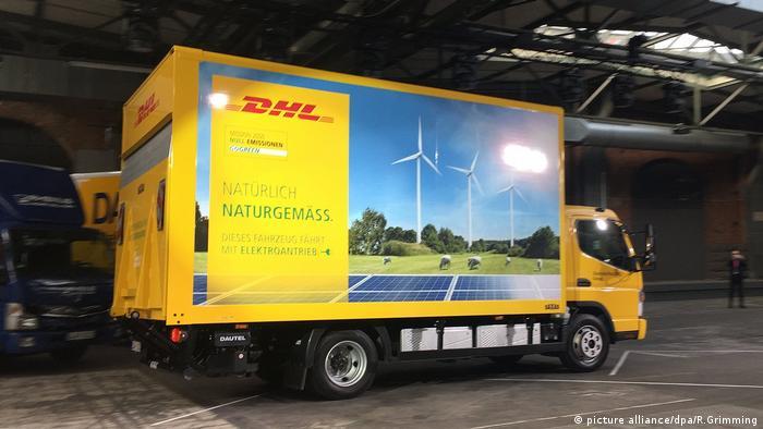 Übergabe von Elektro-Lieferfahrzeugen Daimler Fuso eCanter (picture alliance/dpa/R.Grimming)