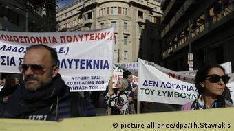 Η Handelsblatt υπογραμμίζει ότι «οι έλληνες εργαζόμενοι έχουν απολέσει τα τελευταία επτά χρόνια περισσότερο από το ένα τέταρτο του εισοδήματός τους