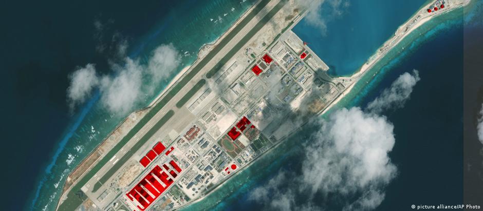 Imagem aérea de instalações chinesas no recife de Fiery Cross, que faz parte das Ilhas Spratly, no Mar da China Meridional