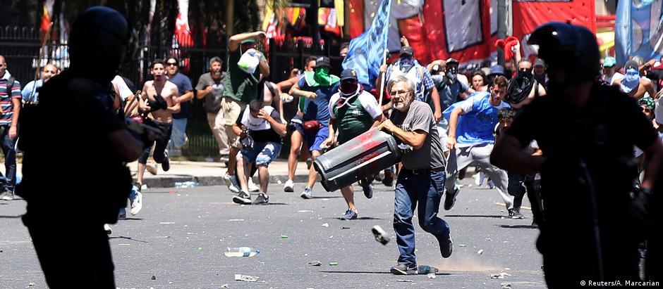 Oposicionistas e sindicalistas entraram em confronto com forças de segurança em vias próximas ao Congresso