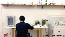 Biohacker Alessandro Volpato bei der Arbeit im Biolab Berlin.