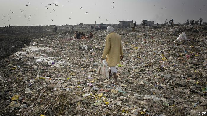 India: ragpicker in landfill