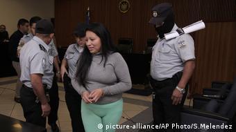 Teodora Vásquez, entrando a la Corte.