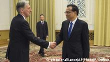 China Peking Philip Hammond und Li Keqiang (picture-alliance/AP Photo/F. Dufour)