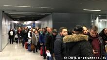 Passkontrolle von aus Griechenland kommenden Passagieren am Flughafen Düsseldorf. Bild: DW/I. Anastassopoulou