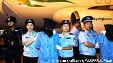 27.07.2017 ©/MAXPPP - CHENGDU, CHINA - JULY 27: Suspects involved in telecom fraud cases are escorted off an aircraft by the police at Chengdu Shuangliu International Airport on July 27, 2017 in Chengdu, Sichuan Province of China. 32 suspects including seven Taiwan residents were caught in Cambodia on JULY 27. Seventeen of the 32 suspects were sent to China by Cambodian authorities on Thursday. (Photo by An Yuan/CHINA NEWS SERVICE/VCG) Foto: MAXPPP  